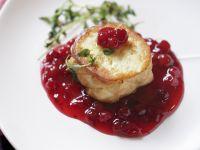 Gegrillter Käse mit Cranberriesoße