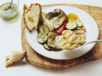 Gegrillter Scamorza und Gemüse