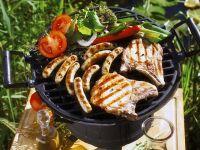 Gegrilltes Fleisch, Würstchen und Gemüse