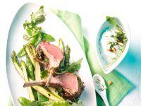 Gegrilltes Lammkarree mit Kräuterpaste und gebratenem grünen Spargel