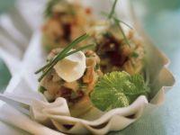 Gehackter Matjes auf Kartoffel mit Rahmklecks