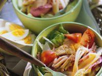 Gemischter Salat mit Ei, Pute und Cocktailsauce