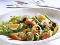 Gemischter Salat mit Eiern, Oliven und Sardellen