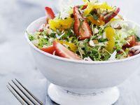 Gemischter Salat mit Erdbeere und kandierter Orange