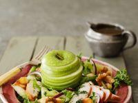 Gemischter Salat mit Hähnchenkassler und Apfel