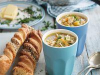 Gemüse-Hühner-Suppe mit Käsestangen