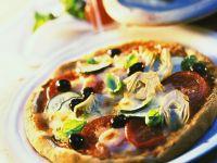 Gemüse-Pizza mit Artischocken, Tomaten und Zucchini