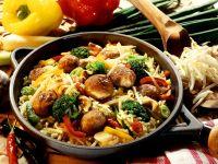 Gemüsepfanne mit Reis und Fleischbällchen