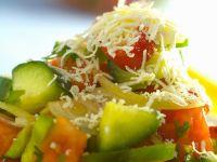 Gemüsesalat mit Feta auf bulgarische Art