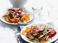 Gemüsesalat mit gegrilltem Rindfleisch