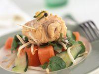 Gemüsesalat mit mariniertem Fisch
