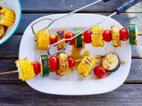 Gemüsespieße mit Zucchini, Tomaten und Mais