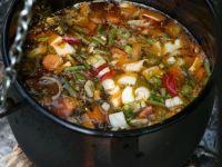 Gemüsesuppe aus dem Kessel