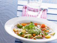 Gemüsesuppe mit grünem Pesto