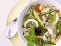 Gemüsesuppe mit Reis und Zitrone
