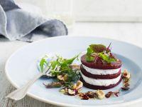 Geschichteter Salat mit Roter Bete und Käse