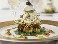 Geschichteter Salat mit Seezunge, Schmand und Kaviar
