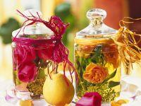 Glasgefässe mit Rosenwasser & Blüten