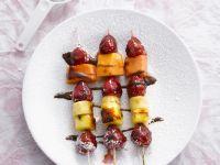 Glasierte Fruchtspieße mit Granadilla und scharfer Schokosoße