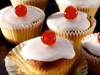Glasierte Muffins mit Kirschen
