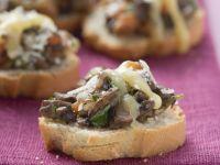 Gratinierte Canapes mit Pilzen und Käse
