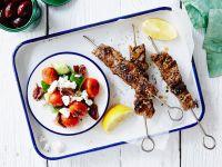Griechische Fleischspieße mit Salat