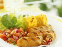 Grillwürstchen mit Salat und Maiskolben
