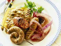 Grillwürste mit Polenta und Zwiebeln
