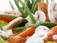 Grüner Salat mit Bohnen, Pilzen und Tomaten