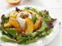 Grüner Salat mit Pfirsich, Ziegenkäse und Walnussvinaigrette