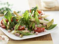 Grüner Salat mit Spargel, Tomaten und Schinken