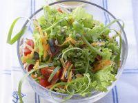 Grüner Salat mit Tomaten und Karotten