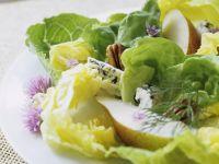Grüner Salat mit Walnüssen, Blauschimmelkäse und Birne