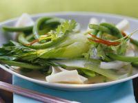 Grünes Gemüse mit Kokos und Reisnudeln