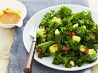 Grünkohl-Avocado-Salat mit Goji-Beeren dazu Granatapfel-Kumquat-Dressing