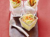 Guacamole und Tortillas mit Avocadocreme und Gemüse