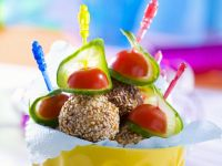 Hackbällchen in Sesam mit Gurke und Tomate