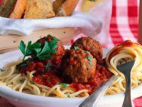 Hackbällchen in Tomatensauce auf Spaghetti