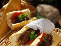 Hackfleisch-Spieße mit Baguette