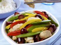 Hähnchen mit buntem Gemüse und Weintrauben