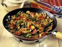 Hähnchen mit Gemüse und Cashewkernen im Wok