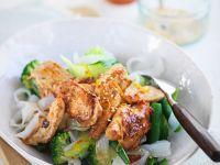 Hähnchen mit Reisnudeln, Gemüse und Zitronen-Chilisauce