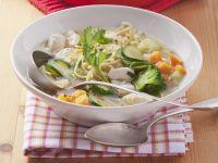 Hähnchen-Nudel-Suppe mit Gemüse