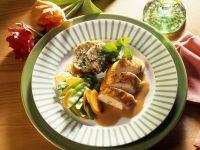 Hähnchenbrust mit Speckknödeln, Karotten und Kaiserschoten