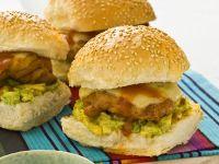 Hähnchenburger mit Guacamole und Salsa