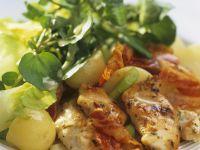 Hähnchenfilet mit Bacon dazu Kartoffel-Wasserkresse-Salat