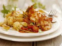 Hähnchenfilet mit Tomatensoße und überbackenem Blumenkohl