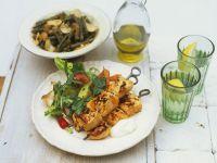 Hähnchenspieße vom Grill mit Salat und grünem Bohnengemüse