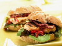 Hamburger mit Hähnchen, Speck und BBQ-Soße