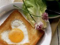 Herz-Spiegelei in Toast gebraten